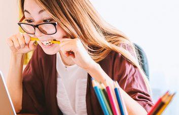 estudiante-buscar-portatil